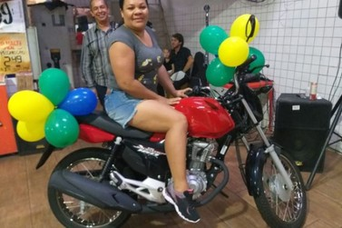 Prestes a vender moto para pagar dívidas, mulher ganha uma zerinho em sorteio