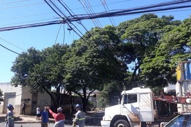 Caminhão derruba fiação e deixa Corpo de Bombeiros sem telefone e energia