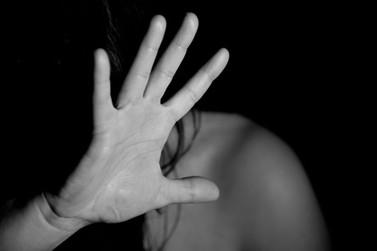 Homem é preso após agredir a esposa com muletas e ameaçá-la de morte