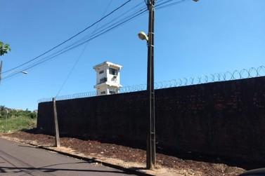 Jovem é preso tentando arremessar celulares e drogas na cadeia de Paranavaí