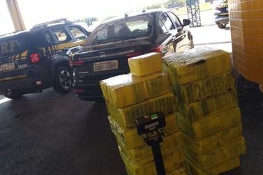 Alto Paraná: PRF apreende mais de 300 quilos de maconha em carro furtado