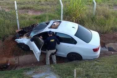 Após acidente, motorista abandona carro carregado com 15 mil maços de cigarros