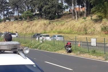 Vídeo flagra colisão entre carro e moto na BR-376; motociclista morreu no local