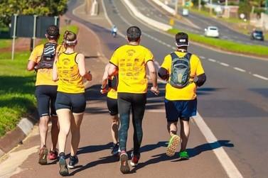 Em 11h, atletas correm 75 km de Paranavaí a Maringá para arrecadar alimentos