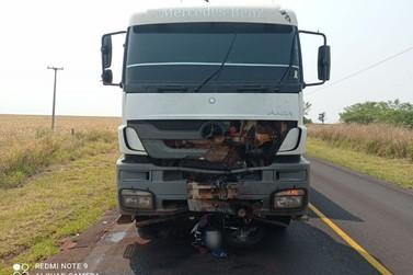 Acidente entre caminhão canavieiro e motoneta deixa um jovem morto na PR-182