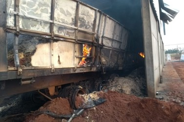 Fecularia perde 500 toneladas de farinha em incêndio na PR-576
