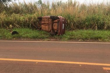 Motorista fica ferido após colidir carro contra barranco e capotar na PR-559