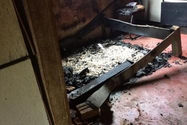 Mulher que teve casa queimada em São João do Caiuá precisa de doações