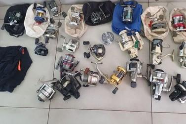 Ao avistar viatura, homem foge e deixa bolsa com mais de 30 artigos de pesca