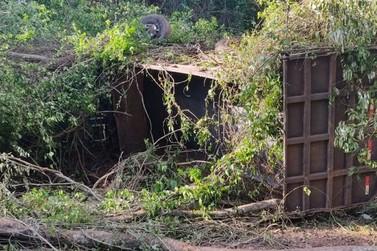 Motorista morre após caminhão tombar na PR-557, próximo a Paranavaí