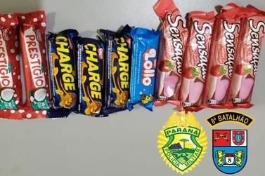 Jovem vai parar na delegacia após furtar chocolates em loja de conveniência