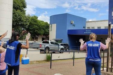 Voluntários da Igreja Batista Renovada oram em frente à Santa Casa de Paranavaí