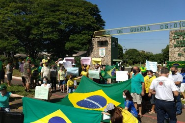 Manifestantes pró-Bolsonaro fazem ato em Paranavaí pedindo intervenção militar