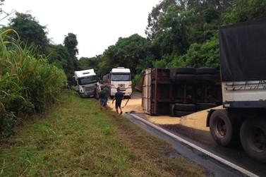 Tombamento de carreta interdita PR-182, entre Nova Londrina e Itaúna do Sul
