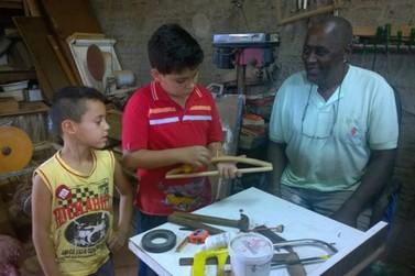Aos 90 anos, morador da Vila Alta ensina artesanato para crianças e adolescentes