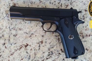 Homem é preso com pistola falsa em shopping de Paranavaí