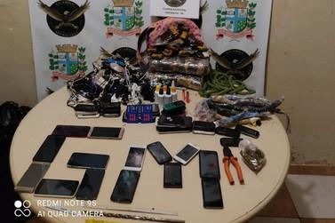 Jovens são flagrados com dezenas de objetos que seriam entregues no minipresídio