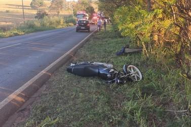 Motociclista morre após colidir contra carro e caminhão na PR-182