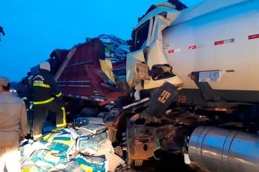 Acidente entre caminhão-tanque e carreta deixa BR-319 interditada
