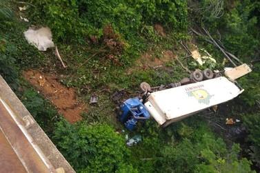 Caminhão cai da ponte do rio Jacutinga na BR-364