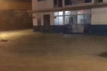 Forte chuva deixa ruas alagadas em Porto Velho