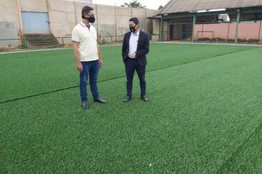 Deputado vistoria obras do primeiro campo sintético de escola pública da capital