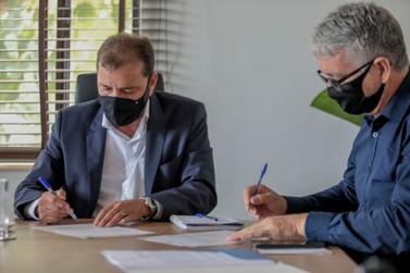 Prefeito assina ordem de serviço para obras no Centro de Convivência do Idoso