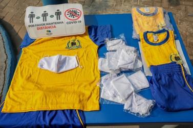 Alunos recebem uniformes escolares e máscaras na volta às aulas em Porto Velho