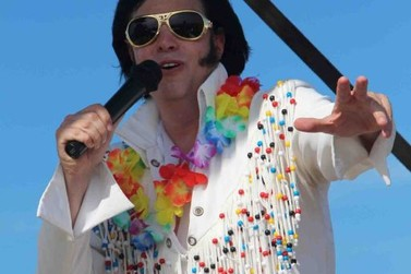 V Old Tour on the Beach teve Elvis Presley cover e carros antigos