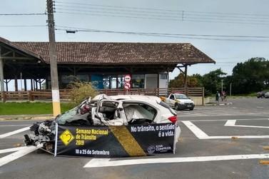 Exposição de carro batido na Candapuí faz parte das ações educativas