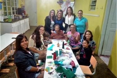 """Projeto """" O fazer artesanal em família"""" promove atividades em creche"""