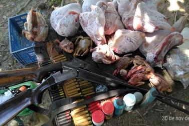 Ambiental prende homem em flagrante por porte ilegal de armas e carne de caça