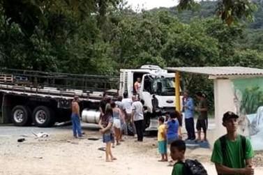 Colisão traseira entre ônibus escolar e caminhão fecha rodovia por 40 minutos