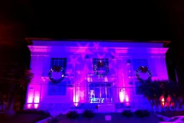 Ruas de Registro estão iluminadas para o Natal
