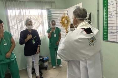 Bispo de Registro leva o Santíssimo a hospital da Cidade