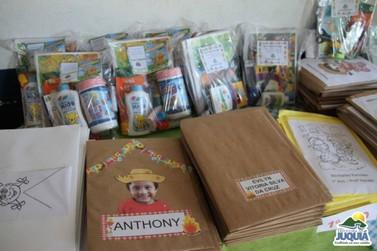 Prefeitura entrega mais de 2 mil kits pedagógicos aos alunos da rede municipal