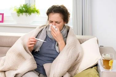 Saiba como tratar sintomas leves de Covid-19 em casa