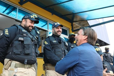 Bolsonaro visita unidade da PRF de Registro