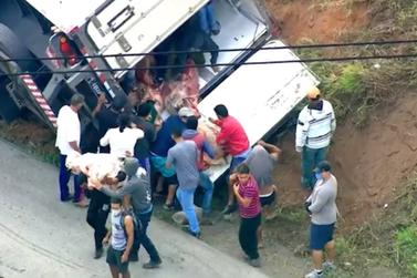 Caminhão com 24 toneladas de carne tomba e população saqueia carga