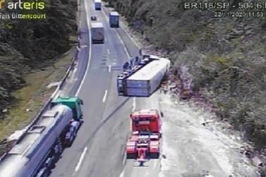 Caminhão tomba e interdita rodovia Régis Bittencourt em Cajati