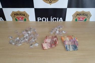 Mulher traficante que tirava droga do sutiã é presa em Registro