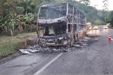 Ônibus pega fogo na Br-116 em Cajati