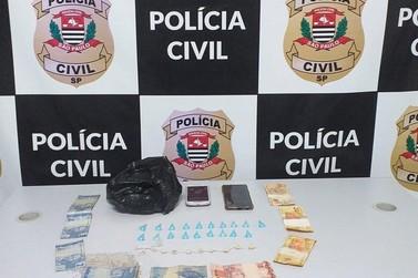 Polícia Civil detém duas mulheres e apreende cerca de 30 porções crack e cocaína