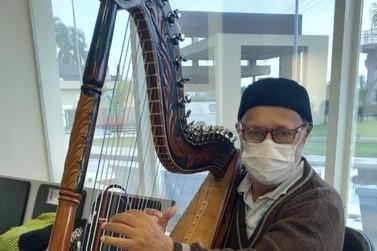 Em ação beneficente, musico toca harpa paraguaia em apresentação no HRR