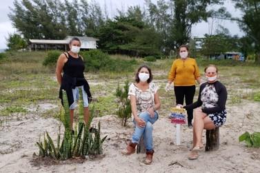 """""""Mãos que criam"""" instalam placas ambientais e coletam lixo nas praias da Ilha"""