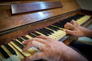 Prefeitura ajusta espaços e recupera instrumentos para aulas de piano e canto