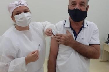 Alunas de enfermagem, filhas vacinam pais contra a Covid em Rio Claro