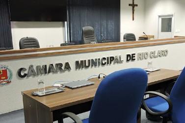 """Vereadores se acusam de """"fura-fila"""" na última sessão da Câmara em RC"""