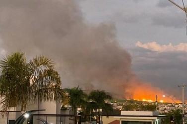 Queimada atinge canavial e mobiliza bombeiros em Santa Gertrudes