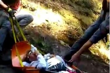 Mulher sofre queda em cachoeira de Águas da Prata e é resgatada pelo Águia da PM